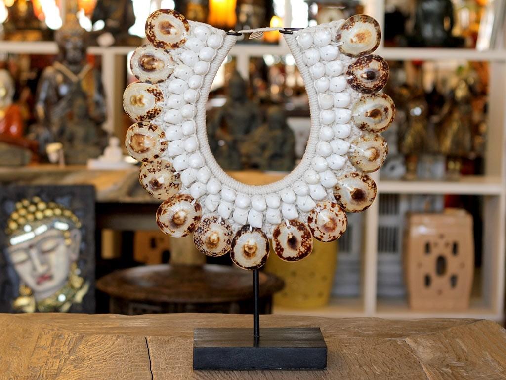 Comprar colar de conchas com pedestal