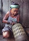 Balinesa fazendo Cesta